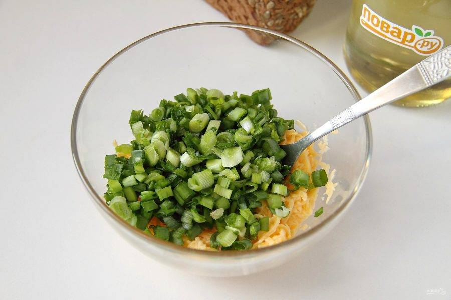 Перемешайте и добавьте нарезанный небольшой пучок зеленого лука.