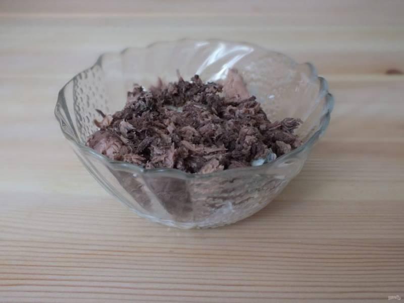 Возьмите маленький салатник. На дно выложите пару ложек крабового салата, сверху выложите консервированный тунец.