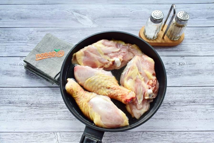 Разрежьте бедра на две части, залейте водой. Накройте сковороду крышкой, тушите на медленном огне до тех пор, пока мясо не будет легко сниматься с кости, в течение 40-60 минут.