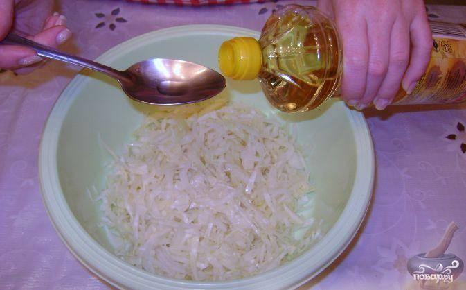 В капусту наливаем растительное масло и уксус, хорошенько перемешиваем.