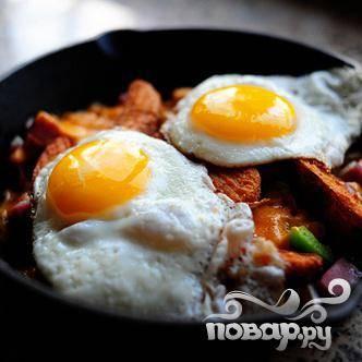 Выкладываем яичницу на овощи с сыром и подаем к столу. Приятного аппетита!
