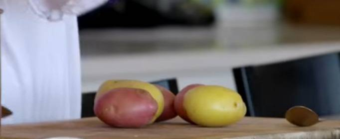 Предлагаю в качестве гарнира картошку. Очистите нужно количество, отварите в подсоленной воде. Как приготовится, залейте её оливковым маслом с цедрой лимона.