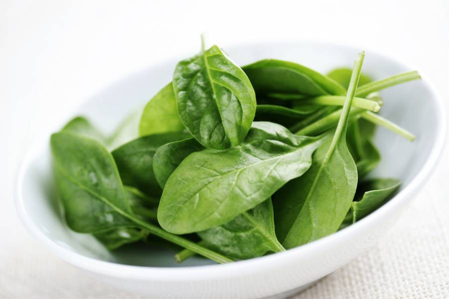1. Такой салат к чебурекам в домашних условиях станет отличным дополнением к мясным блюдам. В качестве закуски овощная нарезка также идеально подходит. Для основы можно взять листья салата, а можно шпинат - весьма полезный продукт.