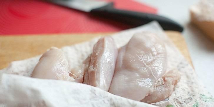 Нарезаем ломтиками куриное филе.