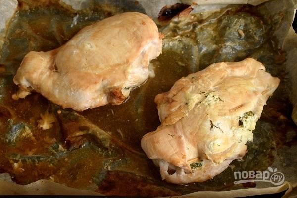 Готовые куриные кармашки с творогом немного остудите, удалите зубочистки и нарежьте ломтиками для подачи.