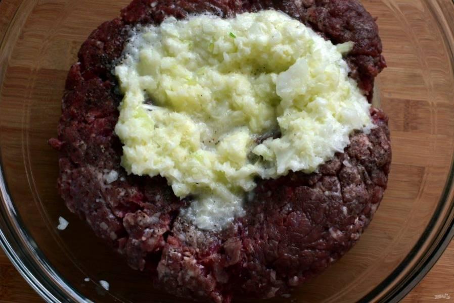 Фарш смешайте с тертым луком, размоченным в молоке батоном, добавьте яйцо, поперчите и посолите по вкусу. Хорошо вымешайте фарш и отбейте несколько раз об миску.