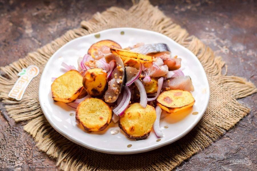 """Выложите на тарелку сельдь с луком, картофель. Подавайте салат """"Пикадилли"""" к столу."""