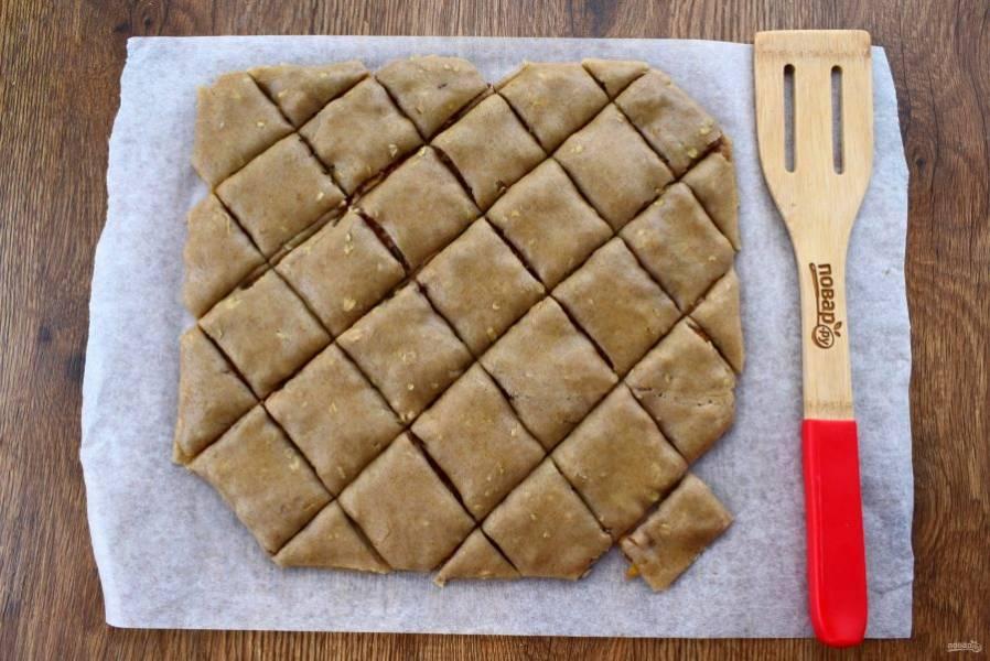 Сверху положите второй пласт теста. Разрежьте острым ножом на одинаковые ромбики или прямоугольники. Отправьте в разогретую духовку на 30 минут.