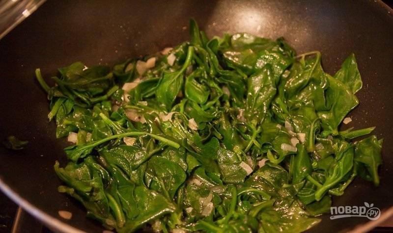 2.Очистите и мелко нарежьте лук, чеснок, вымойте шпинат. Разогрейте сковороду с растительным маслом, выложите половину лука, весь чеснок и шпинат, обжарьте в течение 2 минут.