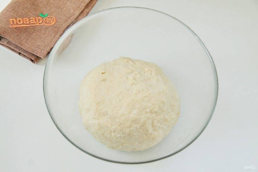 Муки может уйти чуть больше или меньше указанного количества в рецепте. Тесто должно быть в итоге довольно плотным, но мягким, не забитым мукой. Соберите его в шар, смажьте маслом, накройте и уберите в теплое место примерно на 1 час.