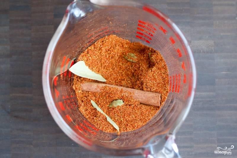 Смешайте специи: кардамон, корицу, гвоздику, кориандр, тмин, перец чили, соль, перец. Отложите мисочку. Затем нарубите мелко лук, выдавите в него чеснок, добавьте имбиря, влейте воду, всё перемешайте.