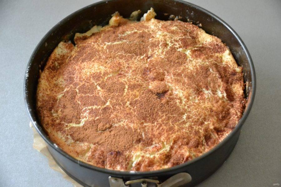 Выпекайте пирог в предварительно разогретой до 180 градусов духовке 40 минут, готовность проверяйте деревянной шпажкой или зубочисткой.