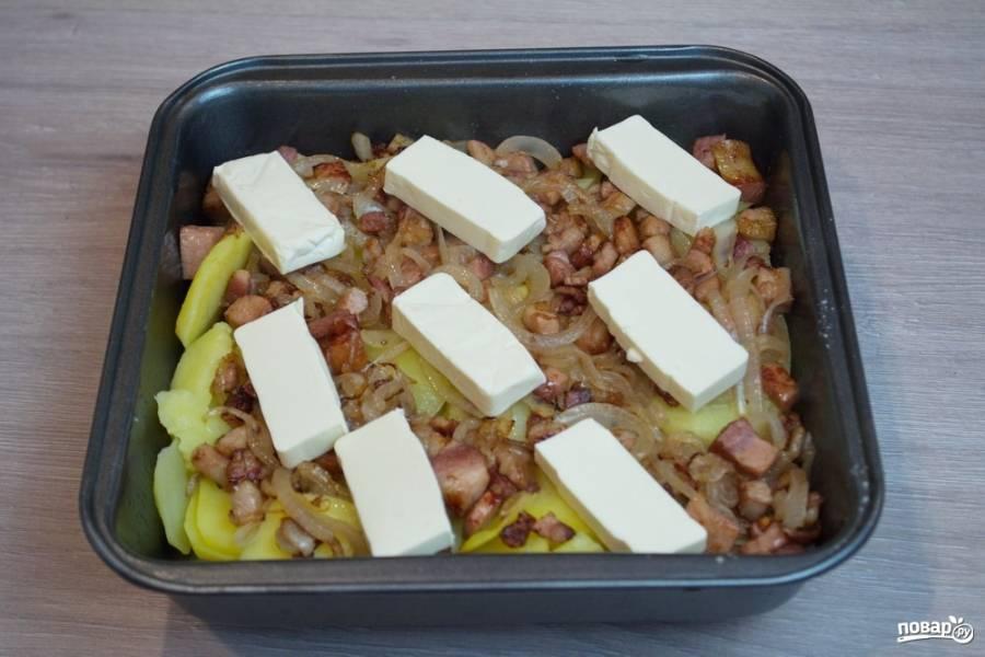 На слой лука выложите нарезанный сыр реблош или бри. Если такого сыра у вас нет, используйте плавленый сырок. Это, конечно, не то же самое, но очень близко к оригиналу.