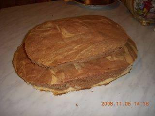 С помощи тарелки вырезаем два овала из двух кусков. Меньший кладем на больший. Отрезки пока не трогаем.