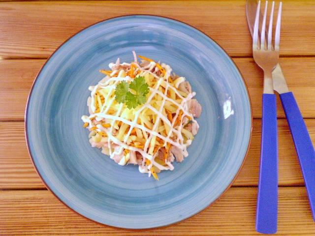 Перемешайте салат, заправьте майонезом. Выложите горкой на тарелочку, посыпьте сыром и украсьте майонезом и зеленью. Готово!