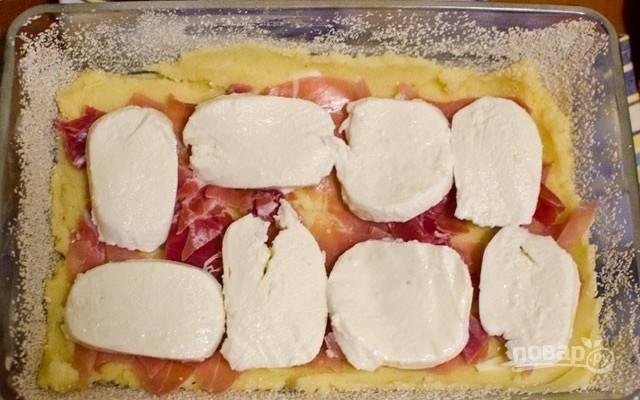 6.Выложите половину картофельного пюре, затем слой тонких ломтиков ветчины или бекона, потом – слой ломтиков копченого сыра (без лишней влаги).
