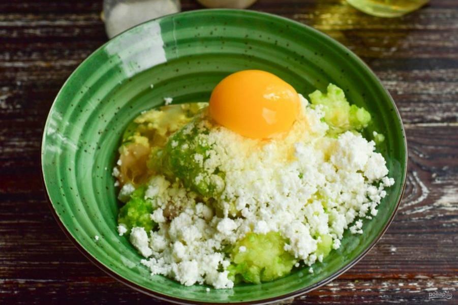 Вбейте куриное яйцо.