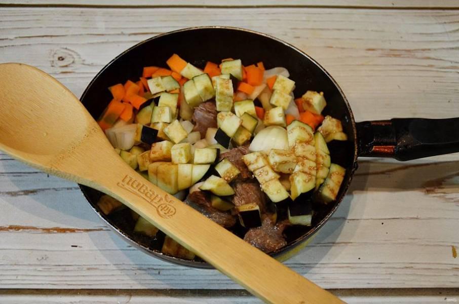 4. Добавьте овощи по очереди, обжаривая по 5 минут каждый раз.