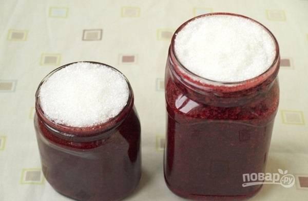 5. Баночки вымойте, простерилизуйте и обсушите. Разложите готовое желе из ежевики, а сверху всыпьте сахар. Накройте крышками и отправьте в холодильник.