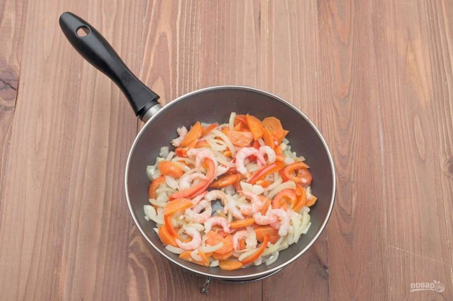 4. Обжариваем лук, морковь и болгарский перец на растительном масле. Способ шинковки выбирайте любой, поскольку все равно овощи будут измельчаться. В конце добавляем очищенные креветки.