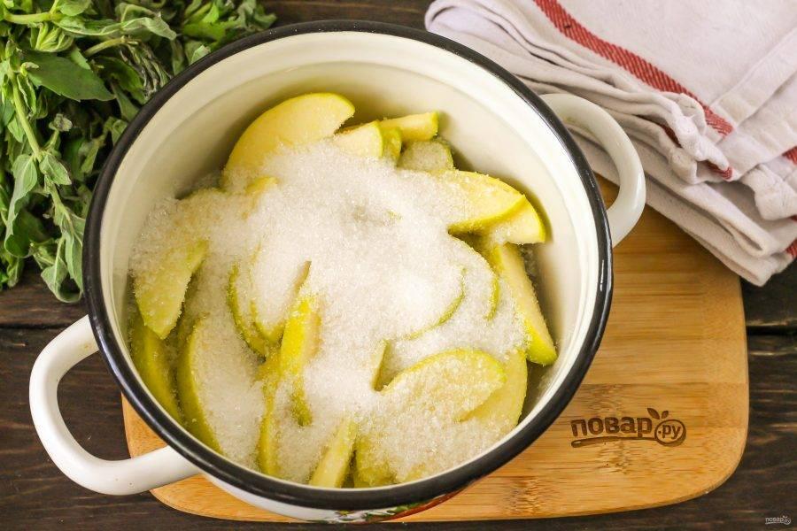 Всыпьте сахарный песок и еще раз перемешайте. Поместите емкость на плиту, включая средний нагрев. Воду добавлять не нужно — яблоки выделят сок.