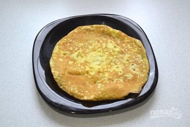 8. На отдельной сковороде разогрейте немного масла и поджарьте 3-4 тонких блинчика.