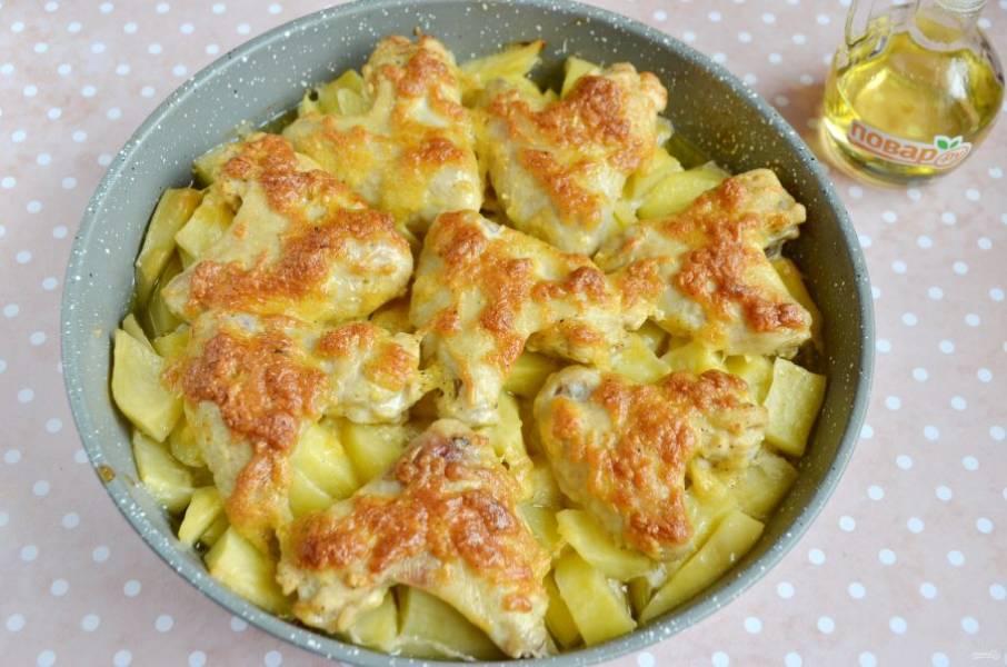 Запекайте крылышки при 200 градусах 25-30 минут. Следите, как только корочка станет золотистая, блюдо можно доставать из духовки.
