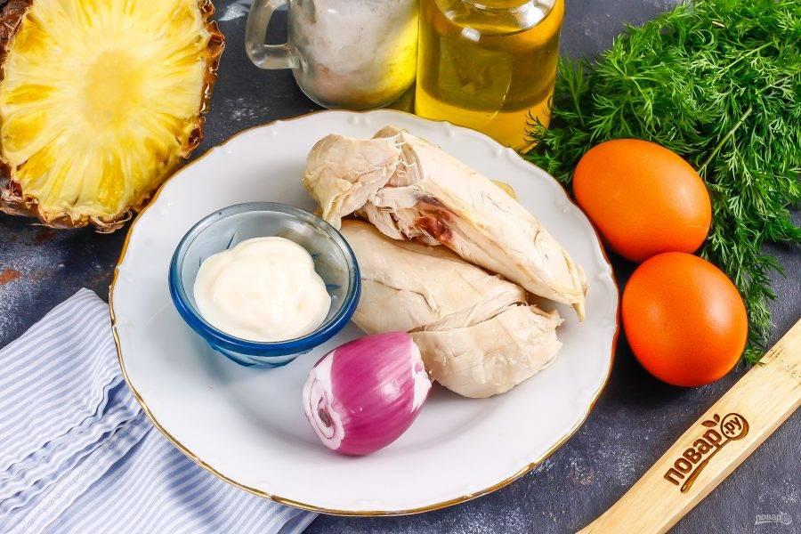 Подготовьте указанные ингредиенты. Мясо цесарки заранее отварите примерно 25-30 минут до готовности, а куриные яйца — 15 минут и остудите оба продукта.