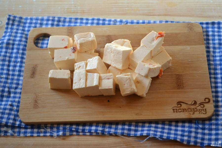 """Плавленный сыр """"Паприкаш"""" порежьте на небольшие кубики. Сыр советую брать качественный, чтобы он хорошо расплавился. Можно взять традиционный сливочный сыр, но мне нравится плавленный сыр с добавками, тогда суп получает новые оттенки вкуса."""