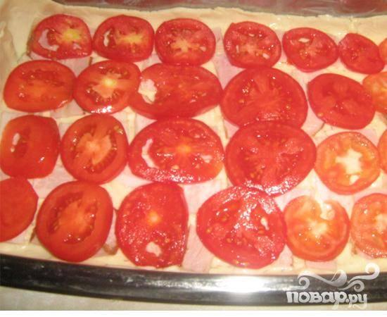 3.Промываем помидоры, нарезаем их кружочками и выкладываем на бекон сверху.