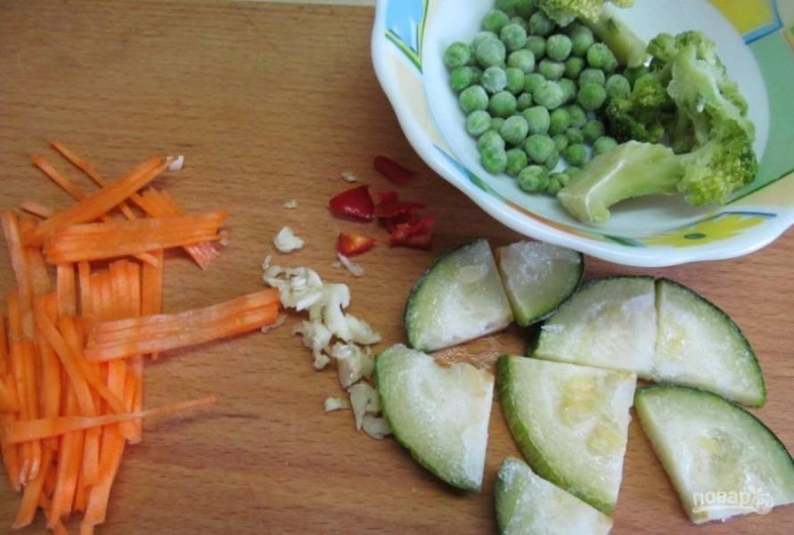Кабачки и морковь почистите и нарежьте удобным способом. Перец и чеснок измельчите.