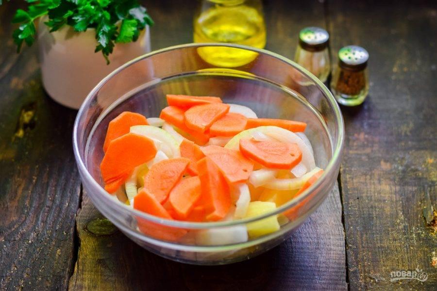 Морковь очистите, нарежьте брусочками и добавьте к овощам.