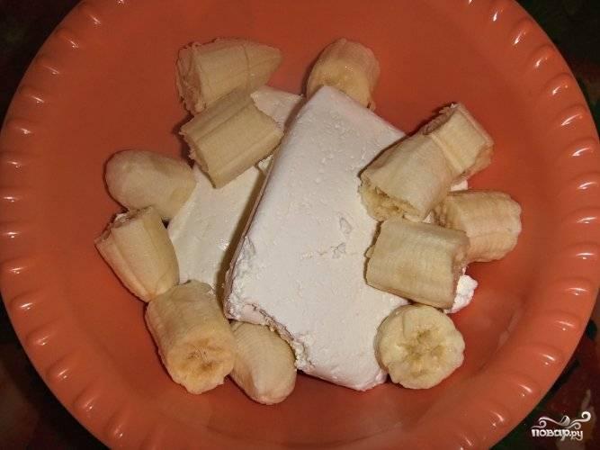 Смешайте творог и порезанный банан.