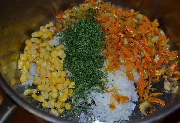 9. В глубокой мисочке соединить отварной рис, жареные овощи и кукурузу. Измельчить зелень и добавить в начинку. Посолить и поперчить все по вкусу, как следует перемешать.
