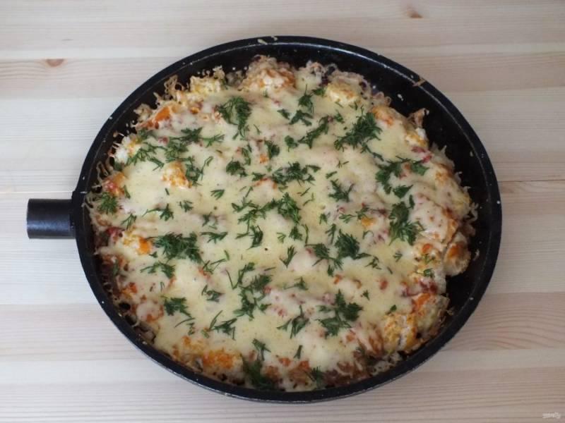 Готовую пиццу из хлеба посыпьте зеленью.