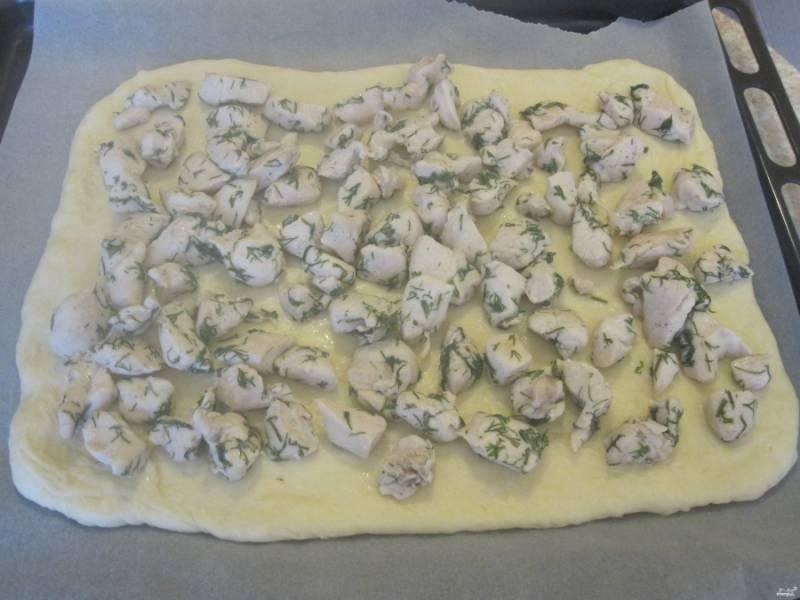 5. Теперь смажьте поверхность противня оливковым маслом и выкладывайте нашу начинку. Можно выложить сразу курицу, а затем грибы, а можно соединить и выложить все вместе.