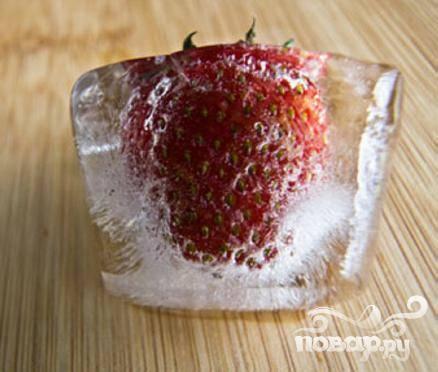 3. Если вы используете замороженные ягоды, бросайте их в блендер холодными и добавляйте воду. Если же ягоды свежие, вместо воды используйте кубики льда.