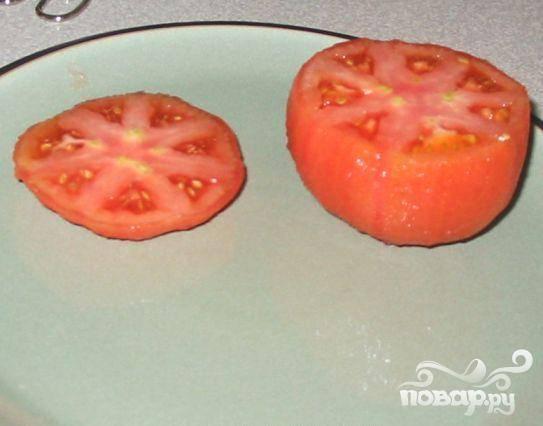 2.Вскипятить воду. Острым ножом сделать надреза на кожу помидоров. Положить помидоры в кипящую воду на 2 минуты. Кожица легко отойдет. Отрезать верхушку (одну треть) помидора.