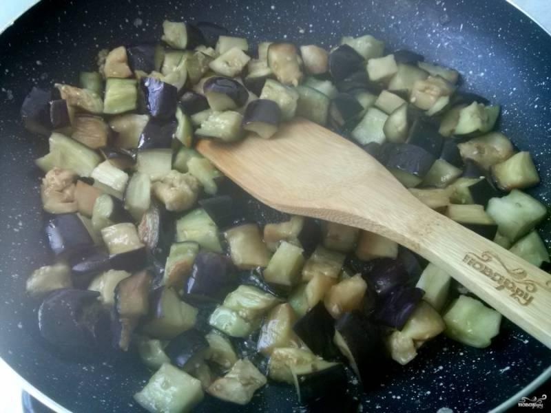 Разогрейте 2 ст.л. масла, обжарьте баклажаны до готовности. Затем выложите их в кастрюлю с толстым дном.