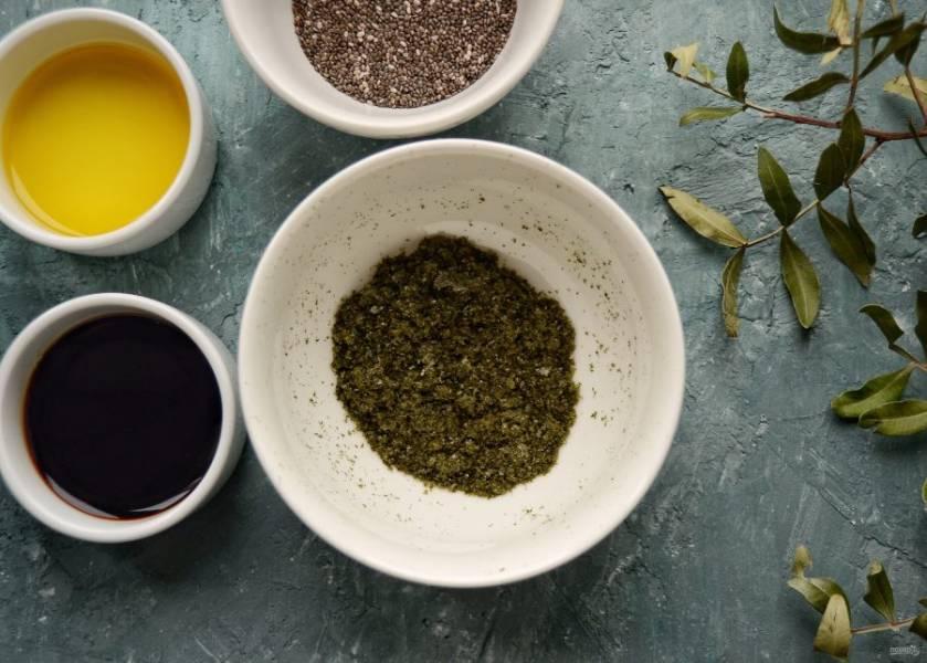 Порвите листы нори на мелкие кусочки, измельчите их в кофемолке.