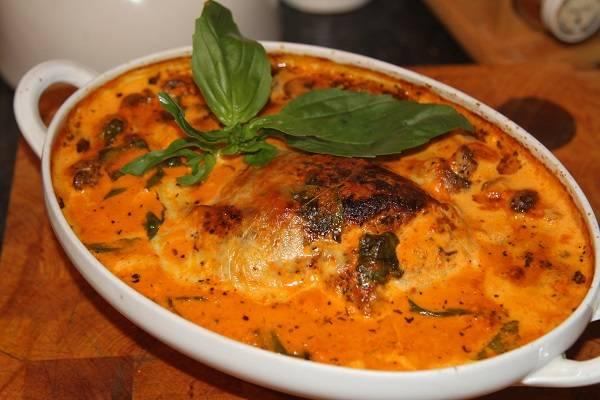 5. Готовое блюдо нужно немного остудить, а затем подавать к столу. Соусом можно полить не только индейку, но и любой гарнир по вкусу. Это удивительное блюдо, достойное внимания.