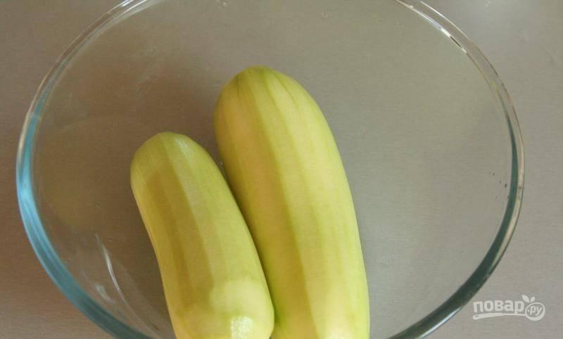 Кабачки вымойте, обсушите бумажными полотенцами и очистите от кожуры. Выбирайте молодые плоды, в которых еще нет семян.