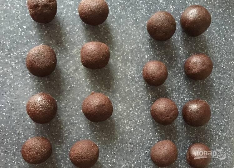 5.Разделите тесто на 10 частей, затем каждую еще на 2 (получится 20 кусочков), скатайте шарики из каждой части.