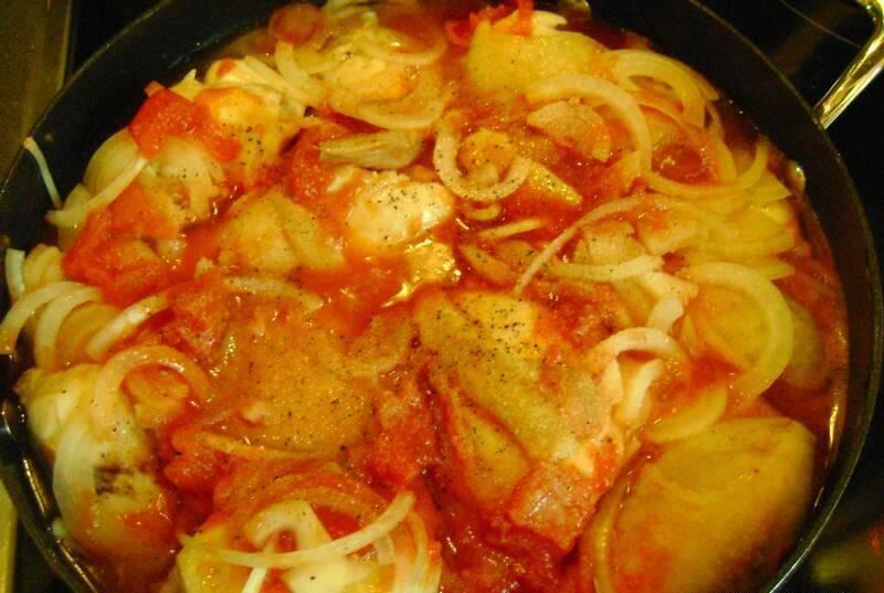 Затем добавляем лук, чеснок измельченные, нарезанные помидоры, вино, немного воды. Солим и перчим, тушим на слабом огне минут 50.