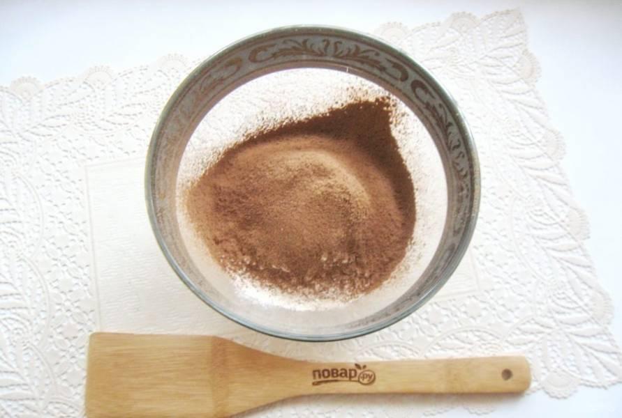 Добавьте просеянный через сито какао-порошок.
