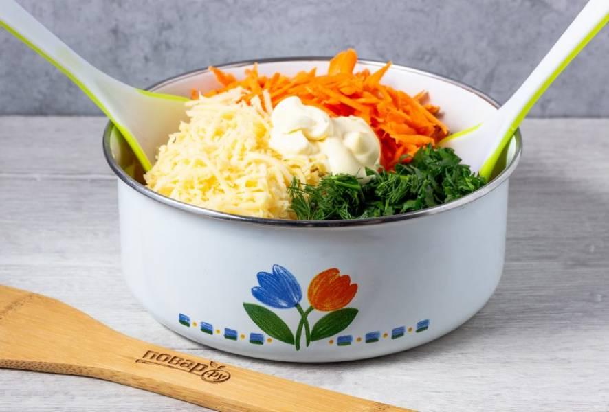 Заправьте салат сметаной, перемешайте и посолите по вкусу.