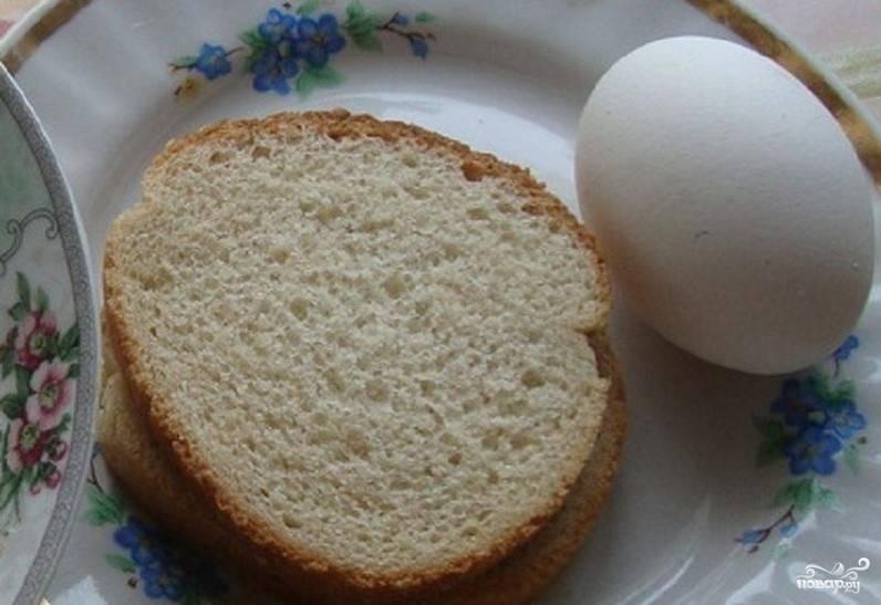 1. Перед тем, как приготовить ласточкины гнезда, отварите яйцо. Предварительно его помойте. После того, как яйцо сварится вкрутую, ополосните его холодной водой.