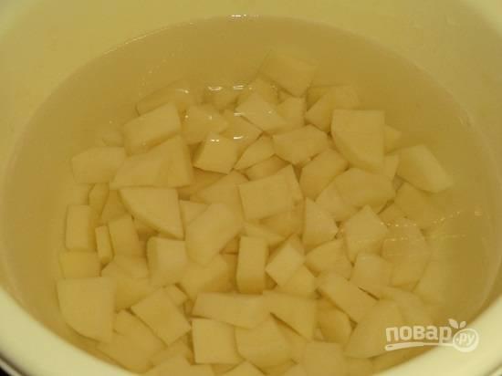 Очистите картофель и нарежьте его небольшими кубиками.