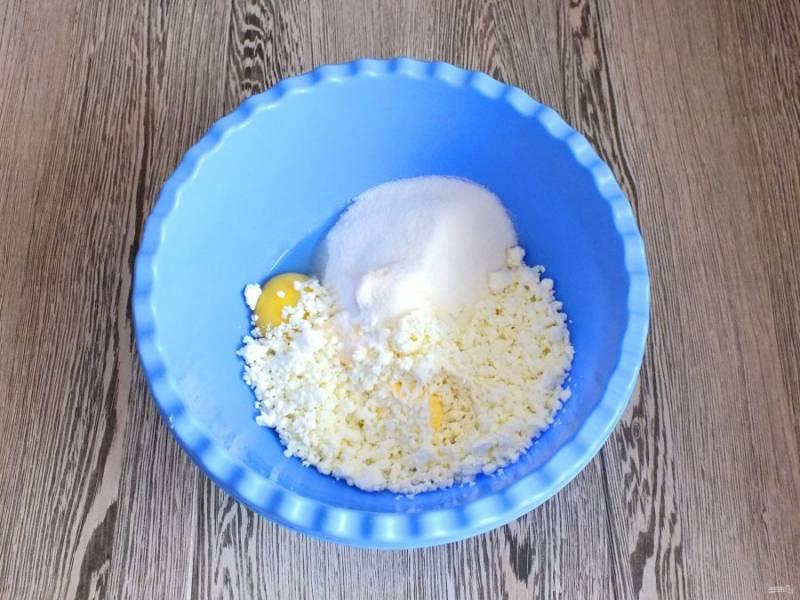В чашу выложите творог, яйцо, соль, сахар, мягкое сливочное масло.