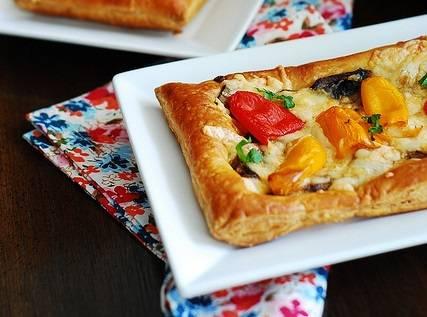 7. Когда пицца с моцареллой и грибами в домашних условиях готова ее можно сверху присыпать свежей зеленью и подавать к столу. Это вкусно, сытно и очень аппетитно.